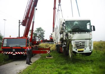 zware takels takelen van vrachtwagen uit gracht