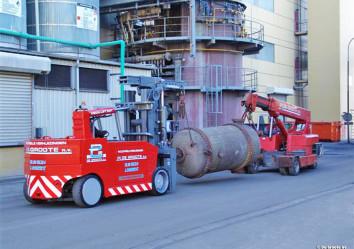 versalift wordt samen gebruikt met pick and carry voor het verplaatsen van tank